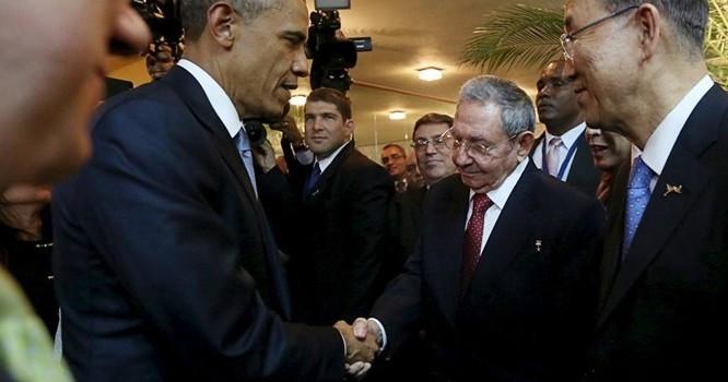 Tổng thống Mỹ Barack Obama bắt tay Chủ tịch Raoul Castro tại thượng đỉnh Châu Mỹ, Panama ngày 10/04/2015 - REUTERS