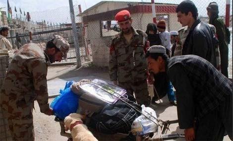 Lực lượng an ninh Pakistan khám nghiệm hiện trường sau vụ xả súng.