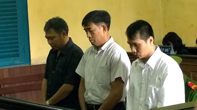 """Các bị cáo trong vụ """"hô biến"""" hàng hiệu thành hàng chợ tại phiên tòa sơ thẩm"""