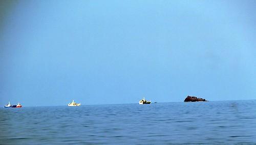 Các tàu tìm kiếm tại khu vực gần đảo Hòn Trứng. Ảnh:Hoàng Trường