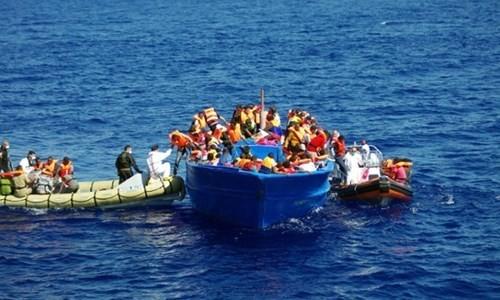 Lực lượng cứu hộ Ý giúp người bị nạn trên Địa Trung Hải - Ảnh: minh họa: AFP