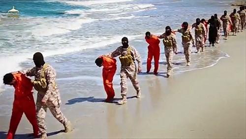 Phiến quân IS đưa các nạn nhân ra pháp trường. Ảnh: AP