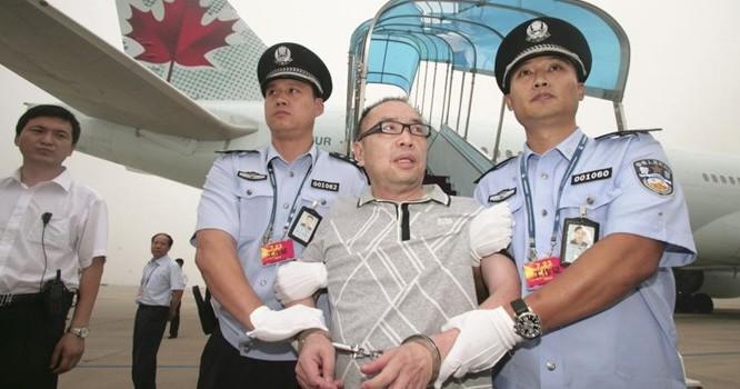 Lại Xương Tinh (Lai Changting), bị truy nã vì buôn lậu, hối lộ quan chức tham nhũng, bị dẫn độ từ Canada về Bắc Kinh - REUTERS