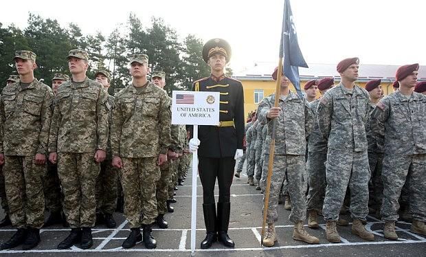 Binh sĩ Ukraine (bên trái) và các quân nhân Lữ đoàn 173 quân đội Mỹ tại lễ khai mạc diễn tập quân sự Rapid Trident NATO gần Yavorov, Ukraine