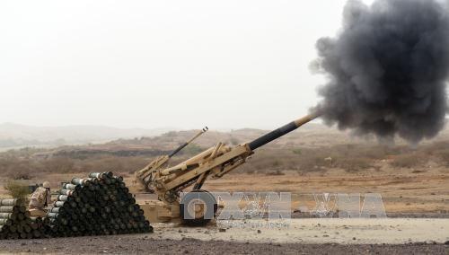 Đại bác của quân đội Saudi Arabia nã pháo về phía Yemen. Ảnh: AFP/TTXVN