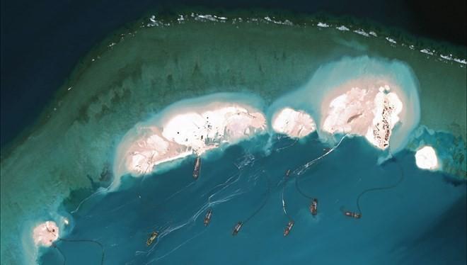 Hoạt động bồi đắp, lấn biển của Trung Quốc trên Biển Đông. (Nguồn: nytimes.com)