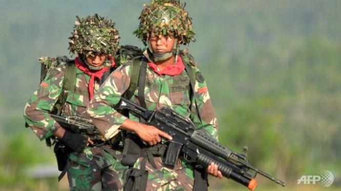 Binh lính Indonesia tham gia huấn luyện quân sự chống IS ở Poso, đảo Sulawesi - Ảnh: AFP