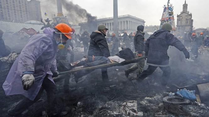 Một người bị thương trong cuộc đụng độ tháng 2/2014 tại Quảng trường Maidan. Ảnh: Reuters