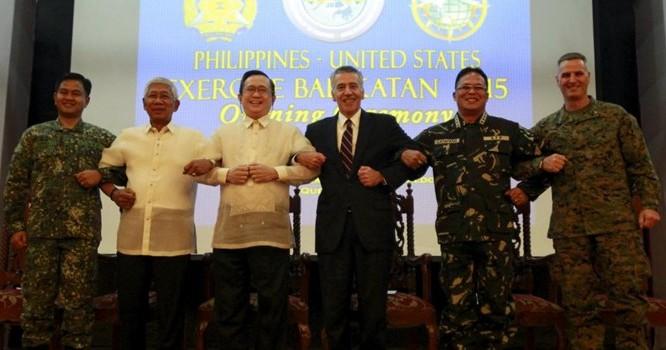 Các chỉ huy Philippines - Hoa Kỳ chụp ảnh nối vòng tay để thể hiện sự đoàn kết, trong nghi thức khai mạc cuộc tập trận Balikatan, Trại Aguinaldo, Manila, 15/04/2015. Ảnh REUTERS/Romeo Ranoco
