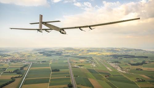 """Chiếc máy bay """"Solar Impulse II"""" chạy bằng năng lượng mặt trời lớn nhất thế giới."""