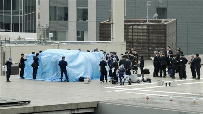 Cảnh sát điều tra Nhật Bản tại nơi phát hiện máy bay không người lái - Ảnh: Reuters