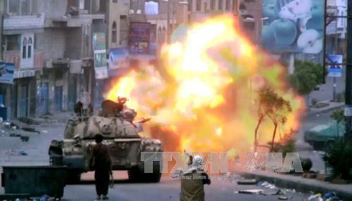 Lực lượng vũ trang trung thành với Tổng thống Yemen Abderabbo Mansour Hadi bắn hỏa lực nhằm vào phiến quân Houthi tại thành phố Taez ngày 20/4. Ảnh: AFP/TTXVN