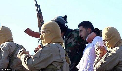 IS bắt giữ viên phi công người Jordan sau khi bắn hạ máy bay ở Syria hồi cuối năm 2014. Ảnh: DailyMail