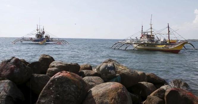 Tàu thuyền đánh cá của ngư dân Philippines bị tuần duyên Trung Quốc dùng vòi rồng tấn công trong khi neo đậu tại bờ biển của thị trấn Infanta, Pangasinan, miền bắc Philippines, ngày 22/4/2015. Ảnh Reuters