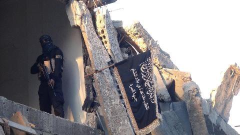Một phần tử Mặt trận al-Nusra canh gác tại một ngôi nhà đổ nát ở Damascus. Ảnh: AFP