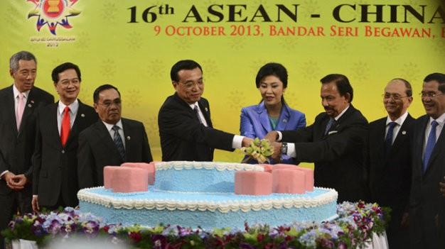 Các nhà lãnh đạo ASEAN và Thủ tướng Trung Quốc Lý Khắc Cường trong cuộc gặp chiều 9-10- 2013 tại Brunei - Ảnh: Reuters