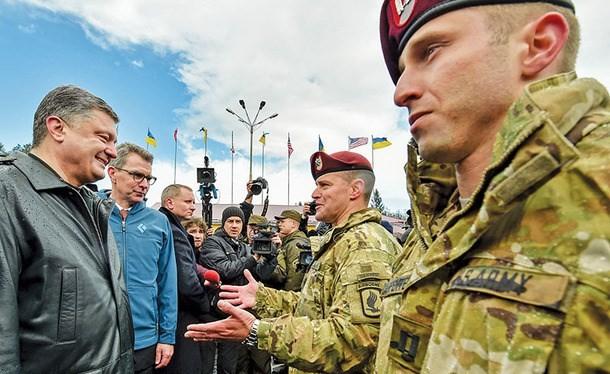 Tổng thống UkrainePetro Poroshenko (trái) gặp gỡĐại sứ Mỹ tại Ukraine, Geoffrey Pyatt hôm 20/4.