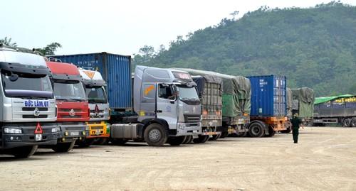 Xe chở gạo nằm chờ nhiều ngày qua tại khu vực biên giới tỉnh Lào Cai. Ảnh:Thanh Tuấn