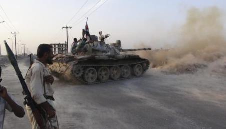 Xe tăng của lực lượng ủng hộ chính phủ chiến đấu với phiến quân Houthi tại Aden, Yemen. Ảnh: Reuters