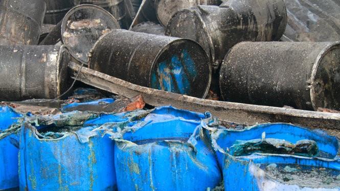 Nhiều thùng phuy chứa sơn và hóa chất bị lửa nổ - Ảnh: Xuân An