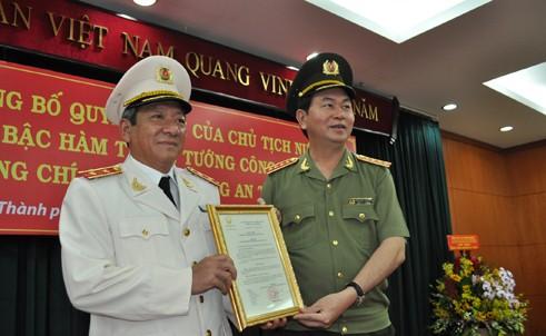 Đại tướng Trần Đại Quang trao quyết định thăng hàm Trung tướng cho đồng chí Nguyễn Chí Thành