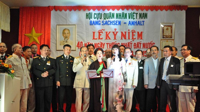 Các cựu chiến binh cùng hát vang những ca khúc cách mạng.