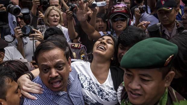Brintha Sukumaran (giữa), chị gái của tử tù Australia Myuran Sukumaran, đến thăm em trai tại nhà tù Nusakambangan trước cuộc xử tử. Ảnh: Getty Images