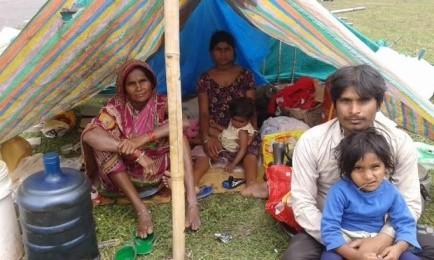 """Một gia đình phải sống trong cảnh """"màn trời chiếu đất"""" tại Kathmandu sau động đất. Ảnh: Guardian"""