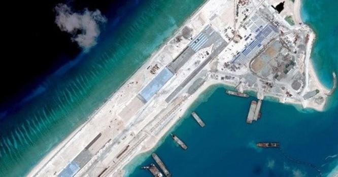 Ảnh vệ tinh cho thấy công trình xây đường băng của Trung Quốc tại bãi Đá Chữ Thập thuộc Quần đảo Trường Sa của Việt Nam - Ảnh: Reuters