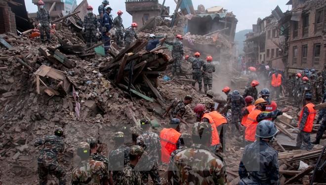 Lực lượng cứu hộ làm việc tại Sankhu, ngoại ô Kathmandu ngày 30/4. (Ảnh: THX/TTXVN)