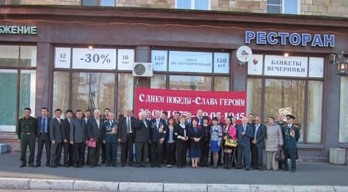 Các cựu chiến binh Nga và đại diện Hội người Việt tại St. Petersburg.