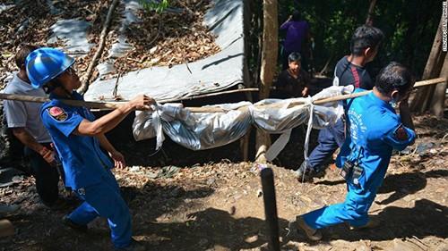 Lực lượng cứu hộ làm việc tại địa điểm phát hiện mộ tập thể. Ảnh: CNN