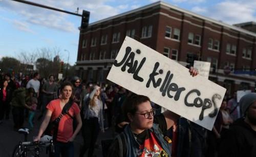 Hình ảnh đoàn người biểu tình. Ảnh: CNN