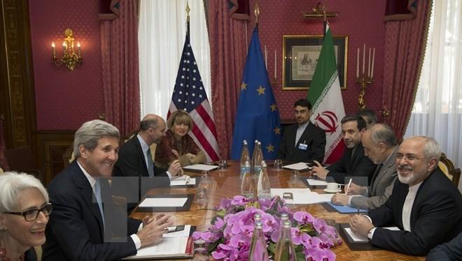 Ngoại trưởng Mỹ John Kerry (thứ hai, trái) và Ngoại trưởng Iran Javad Zarif (phải) tiếp tục vòng đàm phán quan trọng về chương trình hạt nhân của Tehran tại Thụy Sĩ. (Nguồn:AFP/TTXVN)