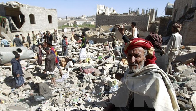 Cảnh đống đổ nát của những căn nhà bị sập sau các vụ oanh tạc của liên quân chống phiến quân Houthi tại Sanaa. (Nguồn: AFP/TTXVN)