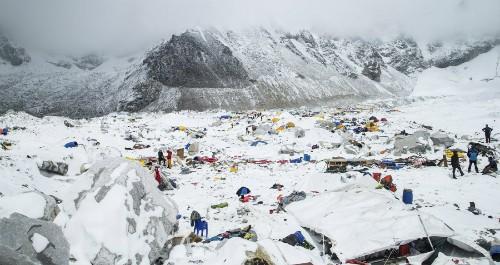Trại xuất phát ở Everest bị chôn vùi sau trận lở tuyết. Ảnh: Reuters