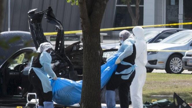 Cảnh sát Mỹ di dời thi thể hai tay súng ở hiện trường vụ tấn công tại Garland Ảnh: Reuters