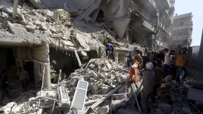 Cảnh đổ nát hoang tàn ở Aleppo sau các vụ đánh bom - Ảnh: Reuters