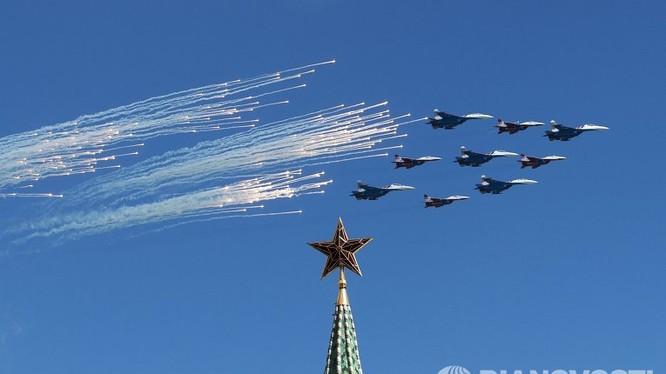 Dàn máy bay tiêm kích trên bầu trời Moscow