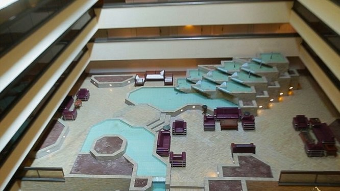 Sảnh lớn của khách sạn với nhiều bộ ghế sang trọng và các thác nước - Ảnh: Daily Mail