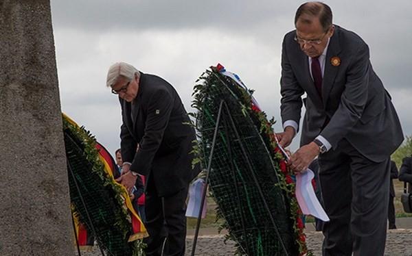 Ngoại trưởng Đức Frank-Walter Steinmeier (trái) và Ngoại trưởng Nga Sergey Lavrov đặt vòng hoa tại Đài tưởng niệm các chiến sỹ Xô Viết thiệt mạng trong Thế chiến 2 ở Volgograd. (Nguồn: AFP)