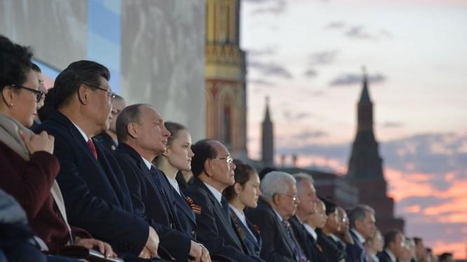 Tổng thống Nga Vladimir Putin và các nhà lãnh đạo trên thế giới tham dự lễ duyệt binh ngày 9/5. Ảnh: AFP/ TTXVN