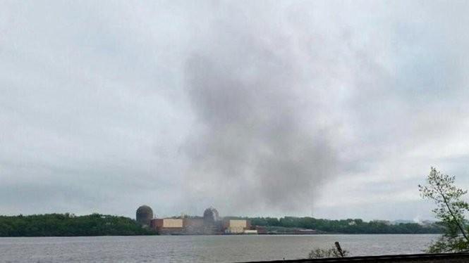 Khói bốc lên từ nhà máy điện hạt nhân Indian Point gần thành phố New York - Ảnh: Reuters