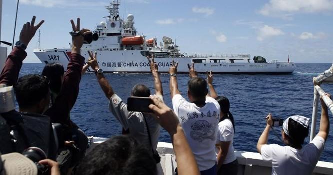 Tàu Tuần duyên Trung Quốc đang tìm cách cắt đường tàu tiếp tế Philippines. Ảnh của phóng viên Reuters trên tàu Philippines.
