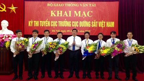 Lãnh đạo Bộ Giao thông vận tải trao hoa cho các ứng viên dự thi.