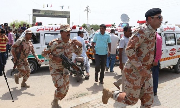 Lực lượng đặc nhiệm Pakistan bảo vệ bên ngoài bệnh viên nơi những người bị thương trong vụ tấn công được đưa tới cấp cứu. Ảnh: EPA