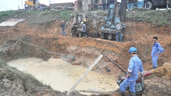 Hiện trường đường ống cấp nước sông Đà đã vỡ lần thứ 9. Trong ảnh: công nhân khắc phục sự cố vỡ đường ống - Ảnh: Q.Thế