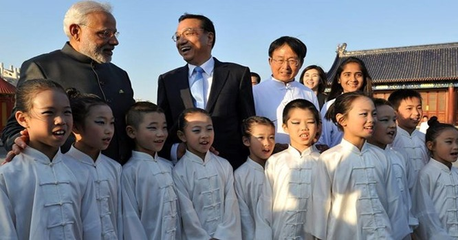 Hai Thủ tướng Ấn Độ - Trung Quốc tại một sự kiện ở Bắc Kinh.