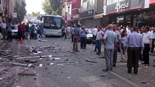 Hiện trường vụ nổ bom ở trụ sở HDP, thành phố Mersin. Ảnh: AFP