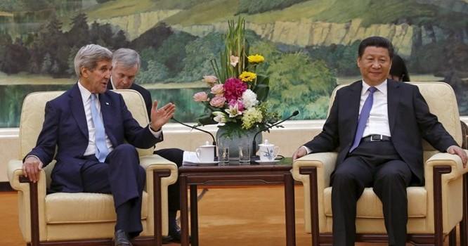 Chủ tịch Trung Quốc Tập Cận Bình (P) tiếp Ngoại trưởng Mỹ John Kerry, tại Bắc Kinh, 17/05/2015 - REURTERS